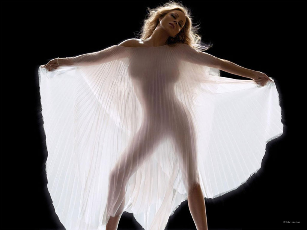 Mariah Carey bares her bosom in