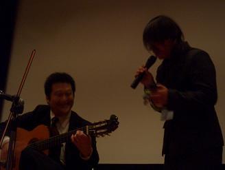 歌う川本さん