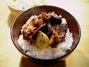 鶏焼き唐のしそ醤油とカレー風の丼001