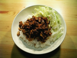 東海漬物どん辛を炒めご飯にのせる001