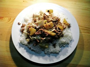 挽き肉とキャベツとジャガイモ炒めでご飯001