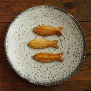 炭化白釉maru皿 おさかなクッキー