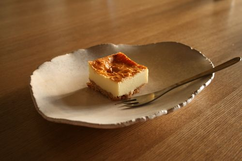 白釉ちぎり変形丸皿 チーズケーキ