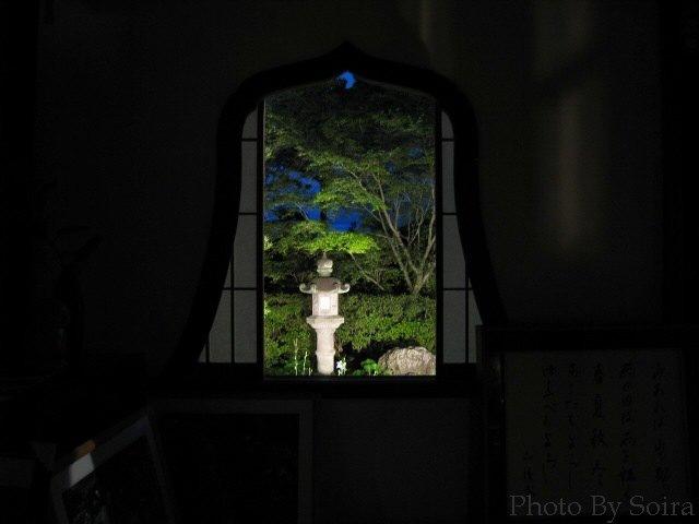 華頭窓より庭を臨む