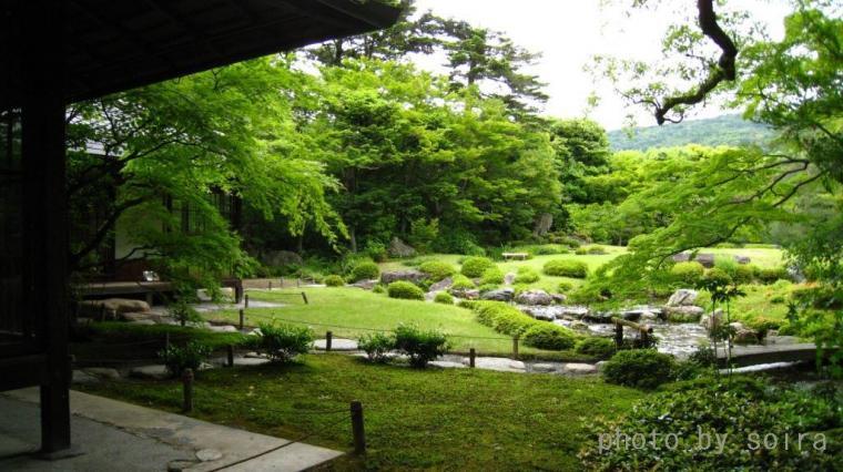 平安神宮神苑を造った作庭家7代目小川治兵衛による庭園です。