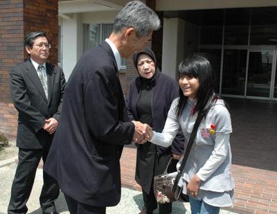 教徒先生と握手