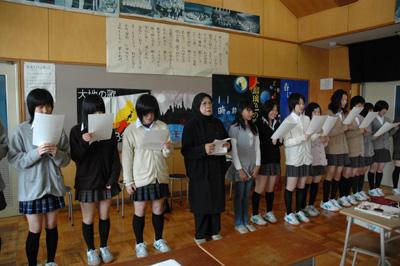 女子生徒と早春賦を歌う
