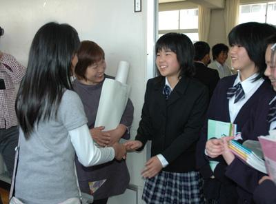 生徒と握手
