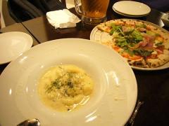 クリームチーズニョッキとプロシュートのピッツア