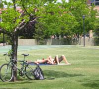 芝生に水着で寝そべる学生