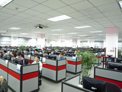 オフィスで働く大量の中国人従業員