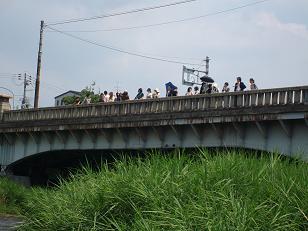 加茂大橋橋上から鴨川を眺める人たち。
