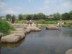 水に足をつける、真夏の出町の飛び石。