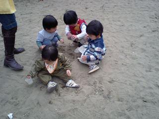 砂場で友達と