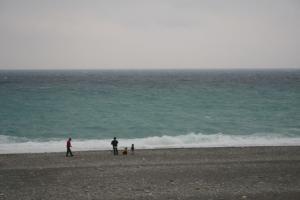 海に向かって石を投げるのは万国共通