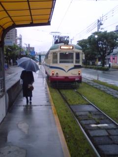 小雨降る高知市内、静かな雰囲気。