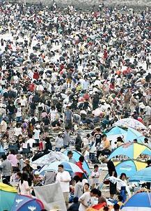 4万人の人出横浜市海の公園