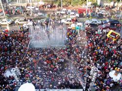 ガートスワンケーオの前で水をかぶって踊りまくる人たち。一昨年