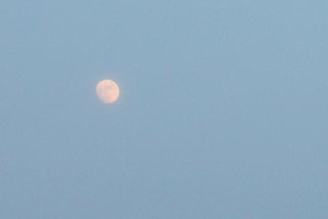 霞がかったお月様
