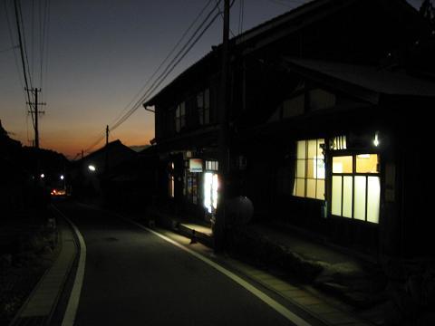 夕闇の細久手宿