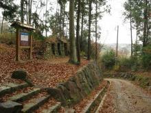 秋葉坂の三尊石窟