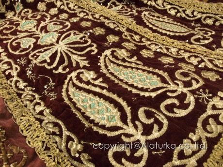 豪華な刺繍の民族衣装
