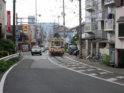 狭い道路に電車