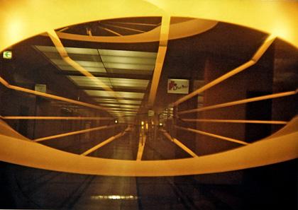 未来的な廊下