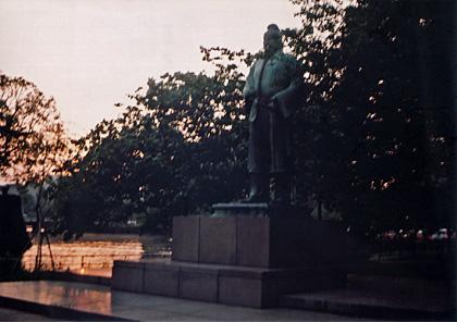 お堀を見守る像