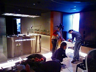 ブライダルビデオの株式会社クリスマスツリーのイメージ写真(撮影機材をセッティング)