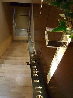 ブライダルビデオの株式会社クリスマスツリーのイメージ写真(スタイリッシュなレストランの入り口)
