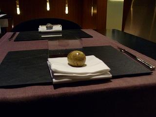 ブライダルビデオの株式会社クリスマスツリーのイメージ写真(卵型の石)