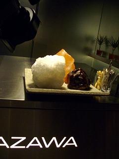 ブライダルビデオの株式会社クリスマスツリーのイメージ写真(オブジェの様に置かれているシェフこだわりの岩塩)