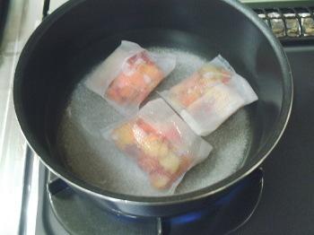 水・砂糖・プラムの皮を鍋に入れて火にかけます