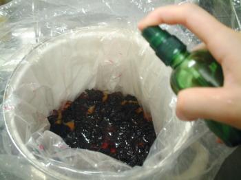 表面と漬物袋の内側に、リカーをスプレーして殺菌