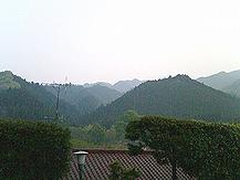 遠く霞む八王子の山々(I.B.Fは山村にある)