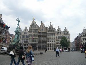 市庁舎前のシェー像