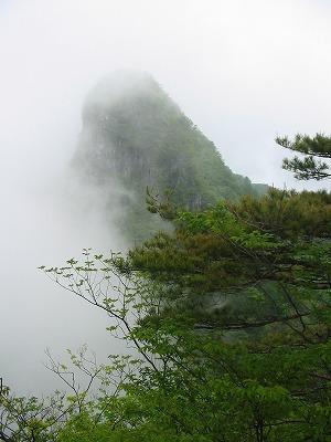 東岳への途中から見る西岳