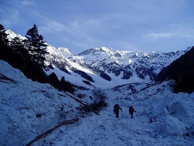 ベースに向かって岳沢を登る