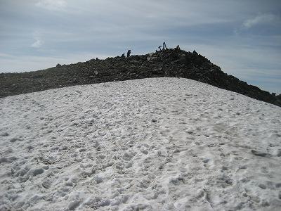 間ノ岳頂上の雪田