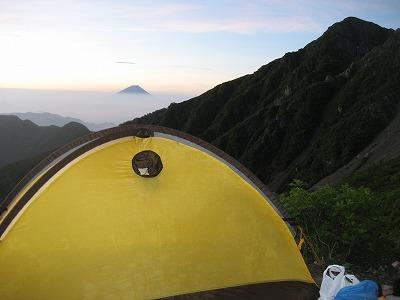 夜明けテントの向こうに富士山