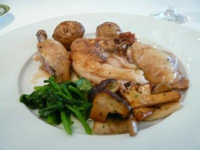 ひな鶏と新じゃがのロースト、ローズマリー風味ソース