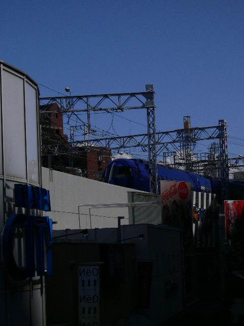 南海なんば駅にラピートが入ってきました。