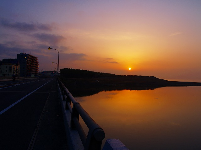 朝の花水川