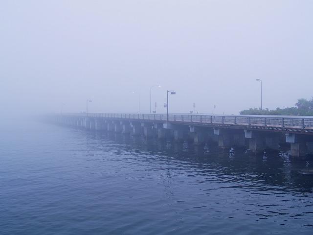 霧の江ノ島の橋2