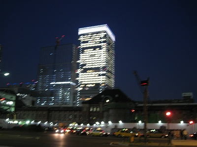 新しい大丸がそびえる東京駅