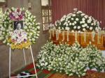 棺と献花。