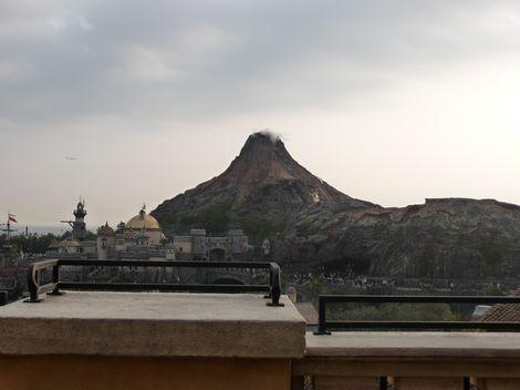 テラス中央からプロメテウス火山を望む