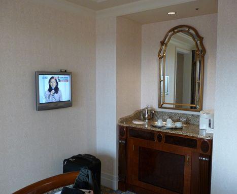 リビングルーム左側は液晶テレビと冷蔵庫他