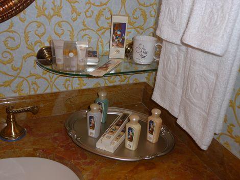 バスルーム側の化粧台のアメニティ類